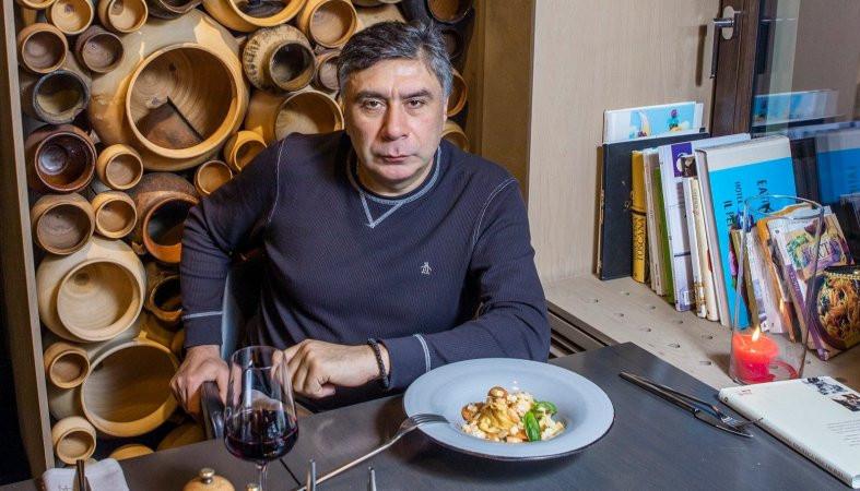 «З моїм талантом я можу закріпитися навіть на Місяці». Обід з українським художником Арсеном Савадовим // НВ