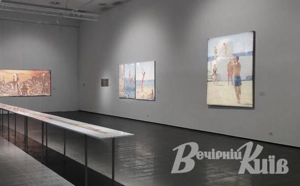 (Українська) Не просто пляж: у столичному арт-центрі показують проєкт «Несвоєчасне» // Вечірній Київ